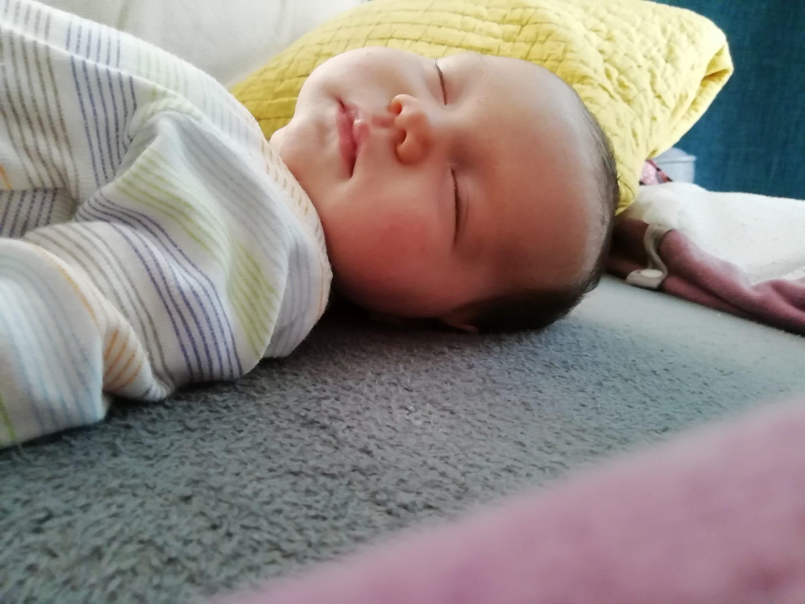 bébé dort sommeil enfant